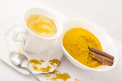 Kurkuma im Tee ist eine tolle Möglichkeit, Kurkuma in die Ernährung einzubauen